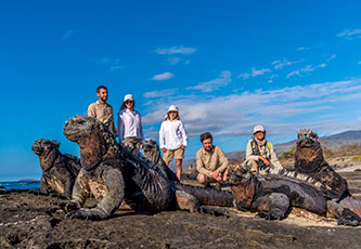 Exploradores en Puerto Egas, Islas Galápagos