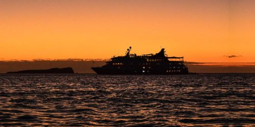 Crucero Santa Cruz II navegando por las Islas Galápagos