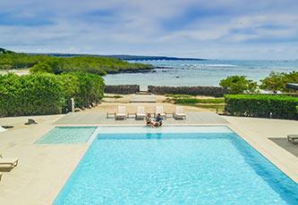 Entrada a la playa y piscina de Finch Bay Galápagos Hotel