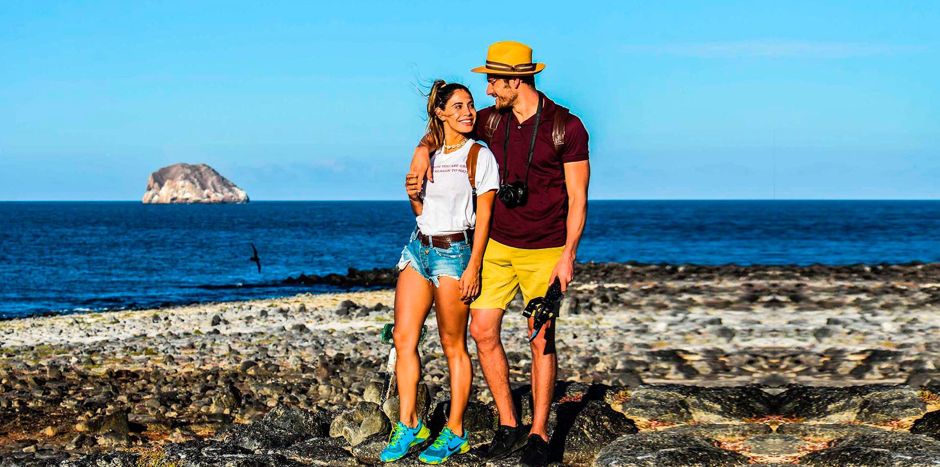 Pareja caminando en la Isla Seymour Norte, Galápagos