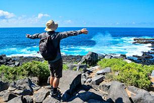Turista en Punta Suárez en la Isla Española, Galápagos