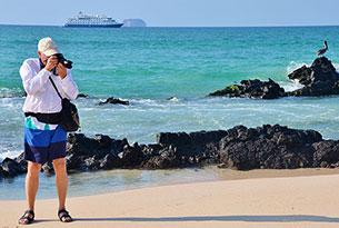 Turista en la playa Las Bachas en Galápagos