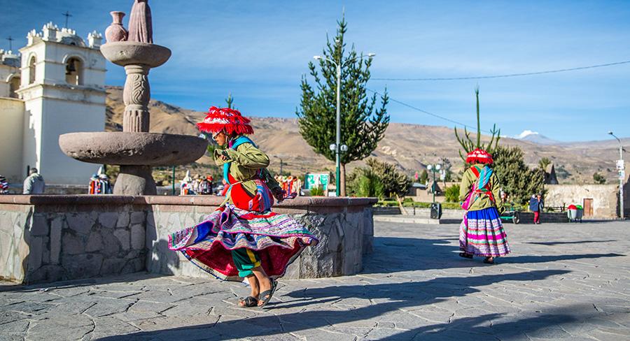 Niña en vestimenta tradicional jugando en Yanque, Perú