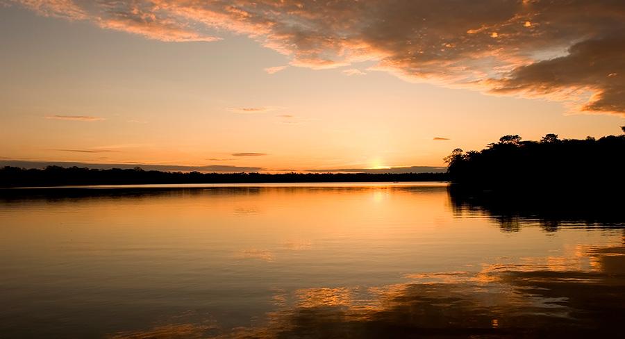 Lago Sandoval en la provincia de Tambopata, Perú