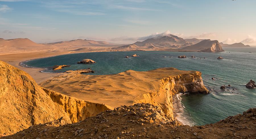 Línea costera y acantilados de Paracas, Perú