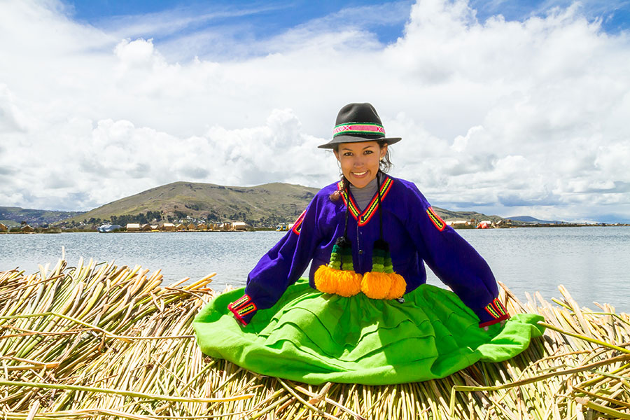 Mujer peruana en traje tradicional