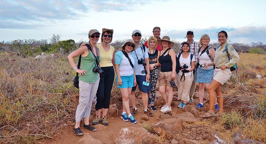 Grupo de visita guiada con guía naturalista en las Galápagos