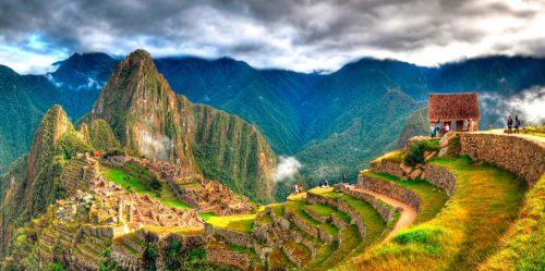 Gente disfrutando de su tour en Machu Picchu