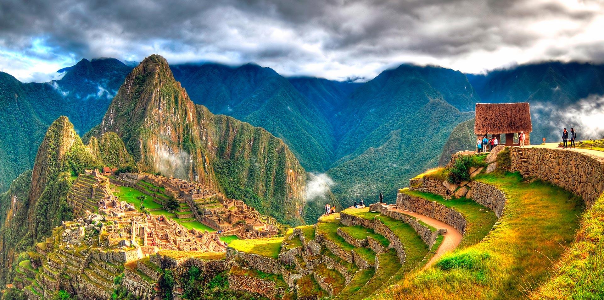 Ciudadela de Machu Picchu en Perú vista desde la distancia