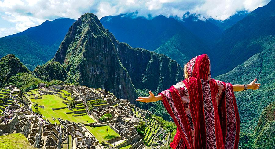 Viajera admirando Machu Picchu