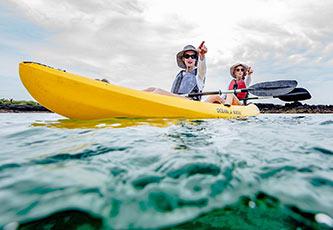 Mujeres haciendo kayak y admirando la vista en Galapagos