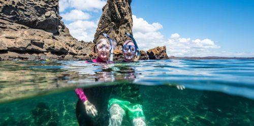 Pareja adulta practicando snorkeling en las Islas Galápagos