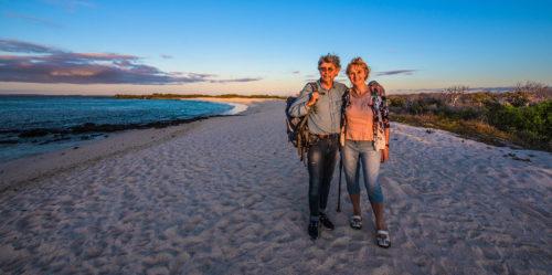 Huéspedes disfrutando del atardecer en las Islas Galápagos