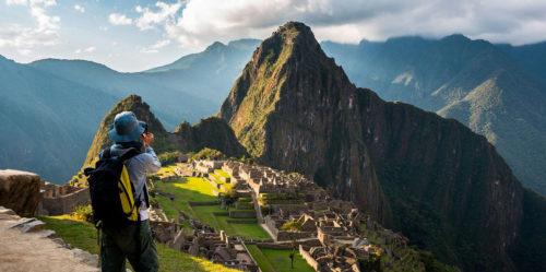 Turista fotografiando Machu Picchu