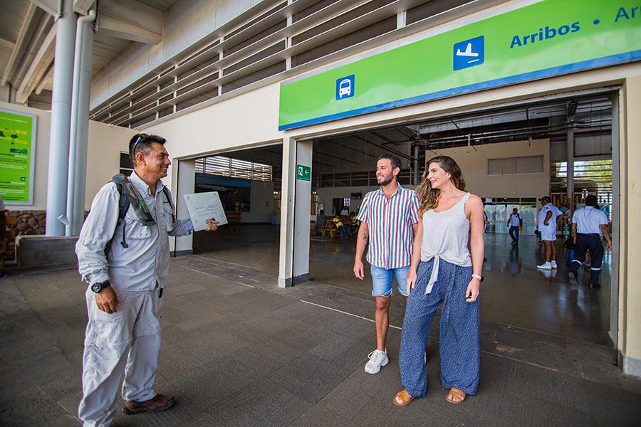 Visitantes llegando al Aeropuerto Seymour en la Isla Baltra de las Islas Galápagos