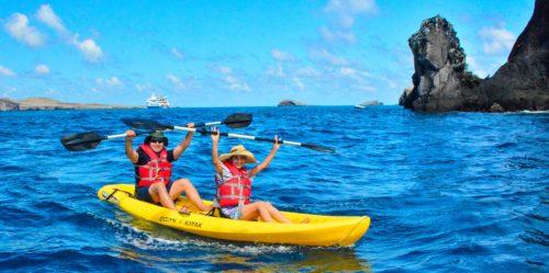 Visitantes explorando las islas galápagos en la bahía Gardner