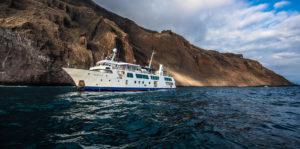 Yate de expedición Isabela II navegando en Galápagos