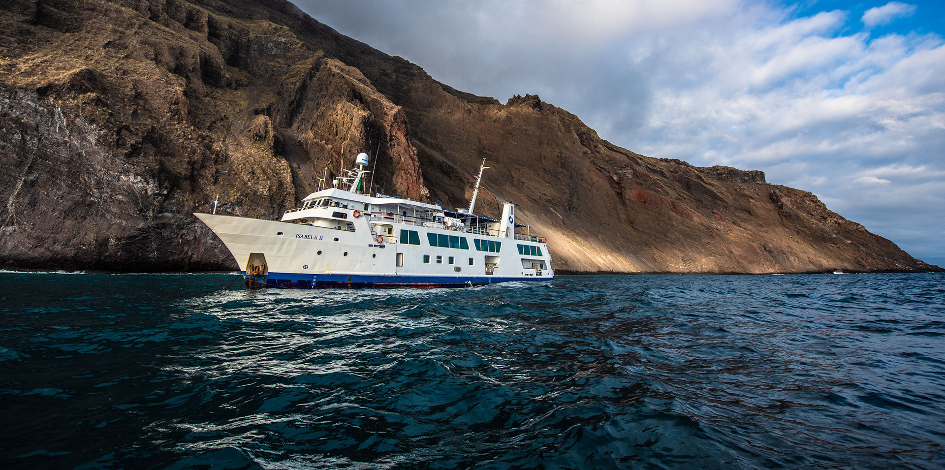 Yate de expedición Isabela II navegando en Galápagos, Ecuador